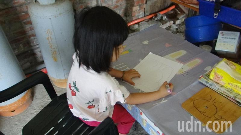 鄭小妹妹畫出夢想中的家,她天真說有了大房子就可讓心愛的鯨魚一起住進去。記者蔡維斌/攝影