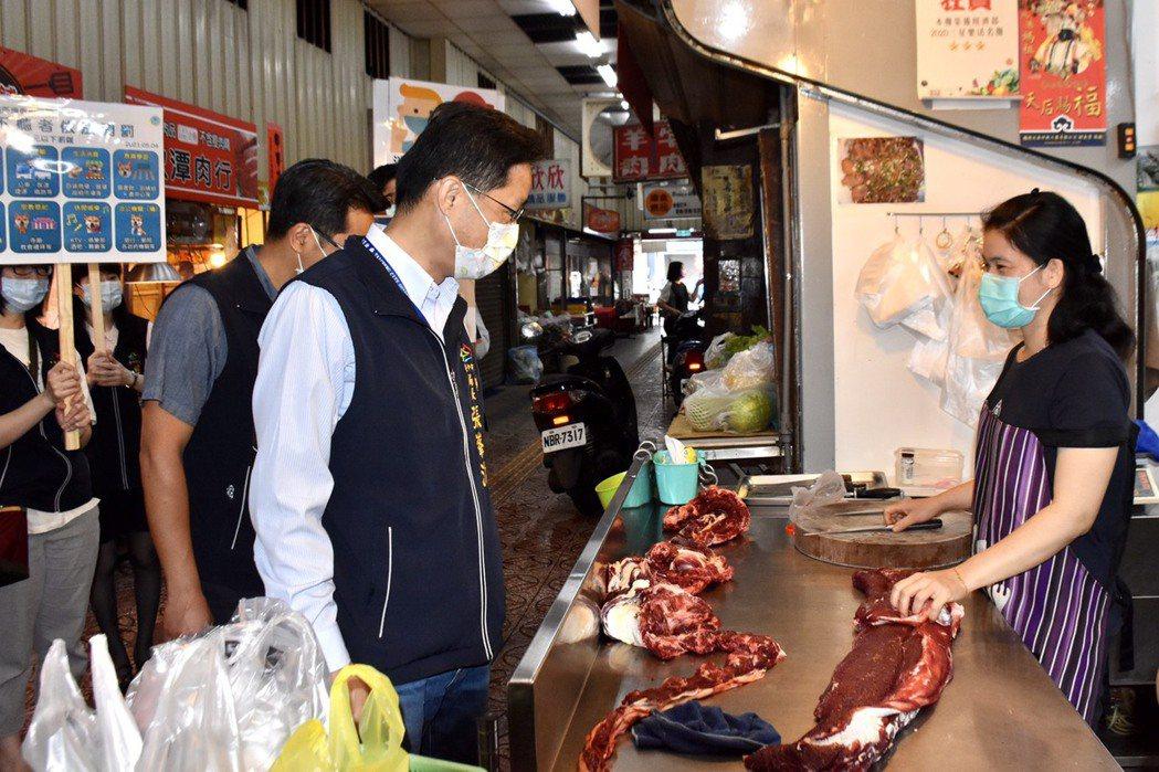 台中市政府經濟發展局長張峯源(左)等人昨天到市場視察防疫作為。圖/台中市政府提供