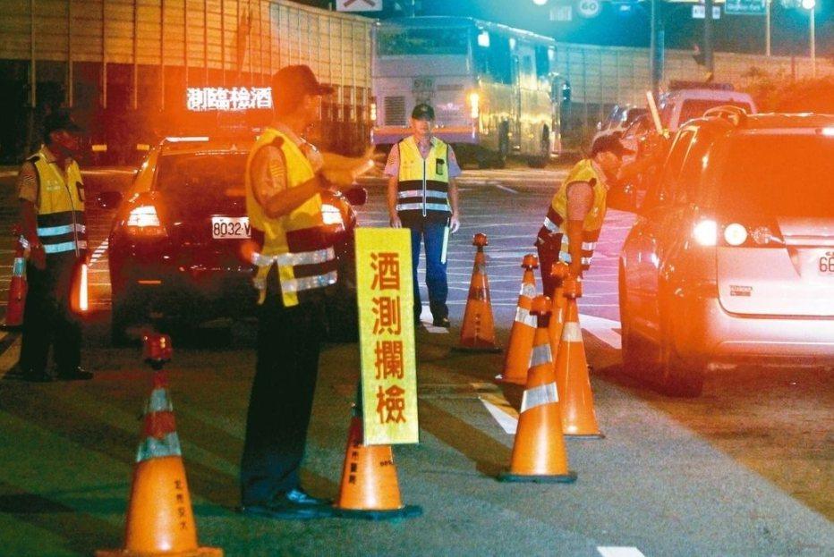 警方攔查酒駕示意圖。圖/報系資料照