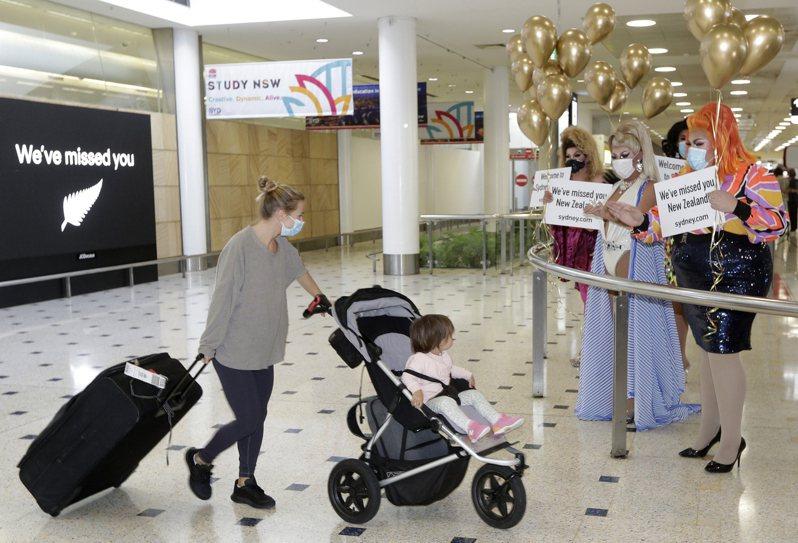 澳洲與紐西蘭4月19日實施邊境開放的「旅遊泡泡」,來自紐西蘭的旅客當天從雪梨機場入境。(美聯社)