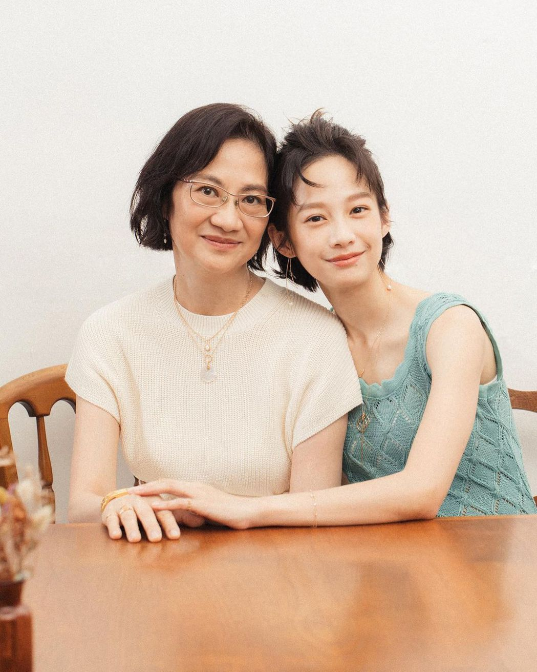 簡嫚書(右)和媽媽感情很好。圖/華視提供