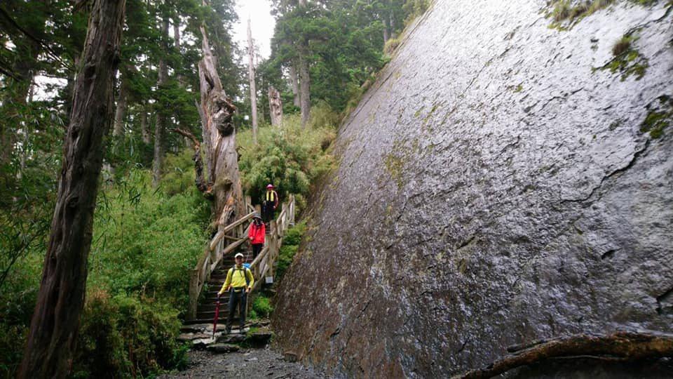 通過玉山大峭壁,應與前方人員保持安全距離。圖/玉管處提供