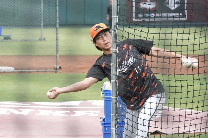 統一獅隊總教練林岳平擔任餵球投手,讓球員模擬對戰樂天桃猿隊下勾投手張喜凱的感覺。記者蘇志畬/攝影