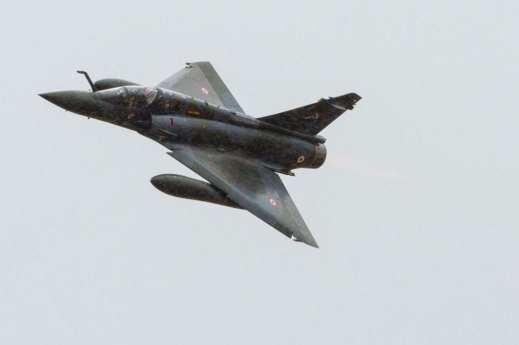 法國空軍一架幻象2000-D戰機,資料照片。法軍一位戰機機師近日委任律師提出告訴...