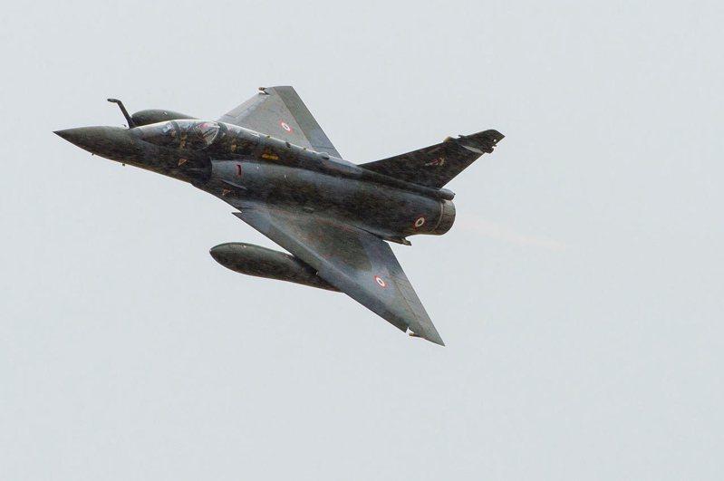 法國空軍一架幻象2000-D戰機,資料照片。法軍一位戰機機師近日委任律師提出告訴,聲稱他到新單位,就被同袍綁赴戰機實彈目標靶場,讓戰機在他的四周圍開火與投彈。「震撼教育」。路透/Abaca Press