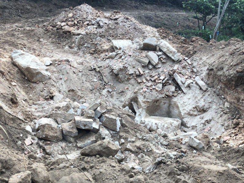 原本頗有規模的古墓遭開挖破壞殆盡,盧氏族人到場看到都相當生氣。記者蔡家蓁/攝影