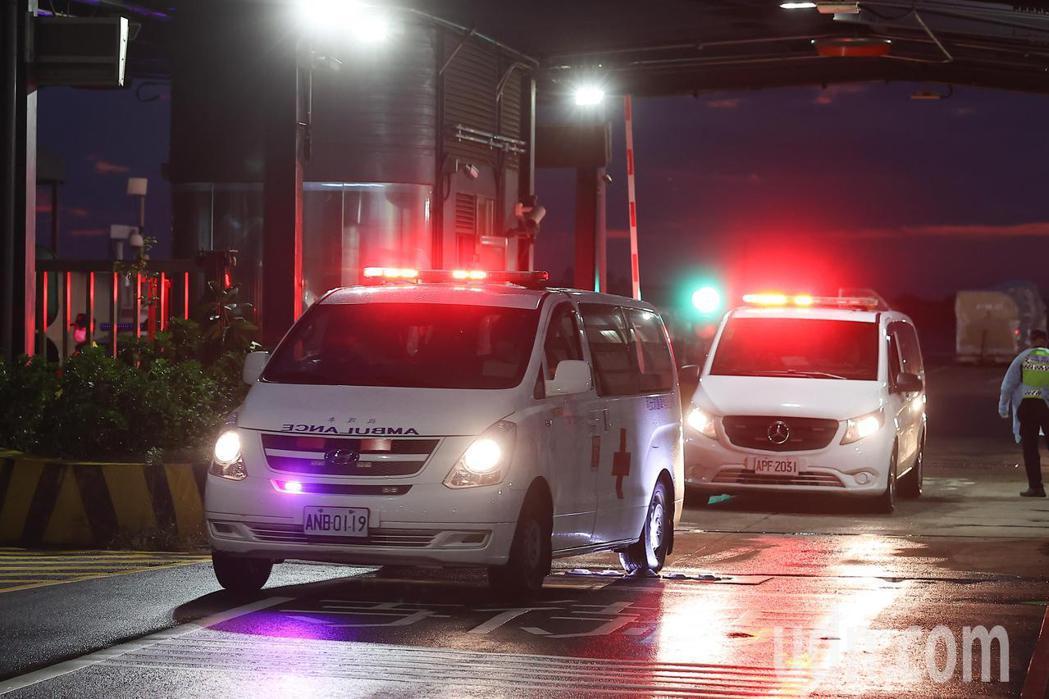 台駐印度代表處兩名官員確診,下午搭乘醫療專機返台,隨後由救護車送往醫院治療。記者...