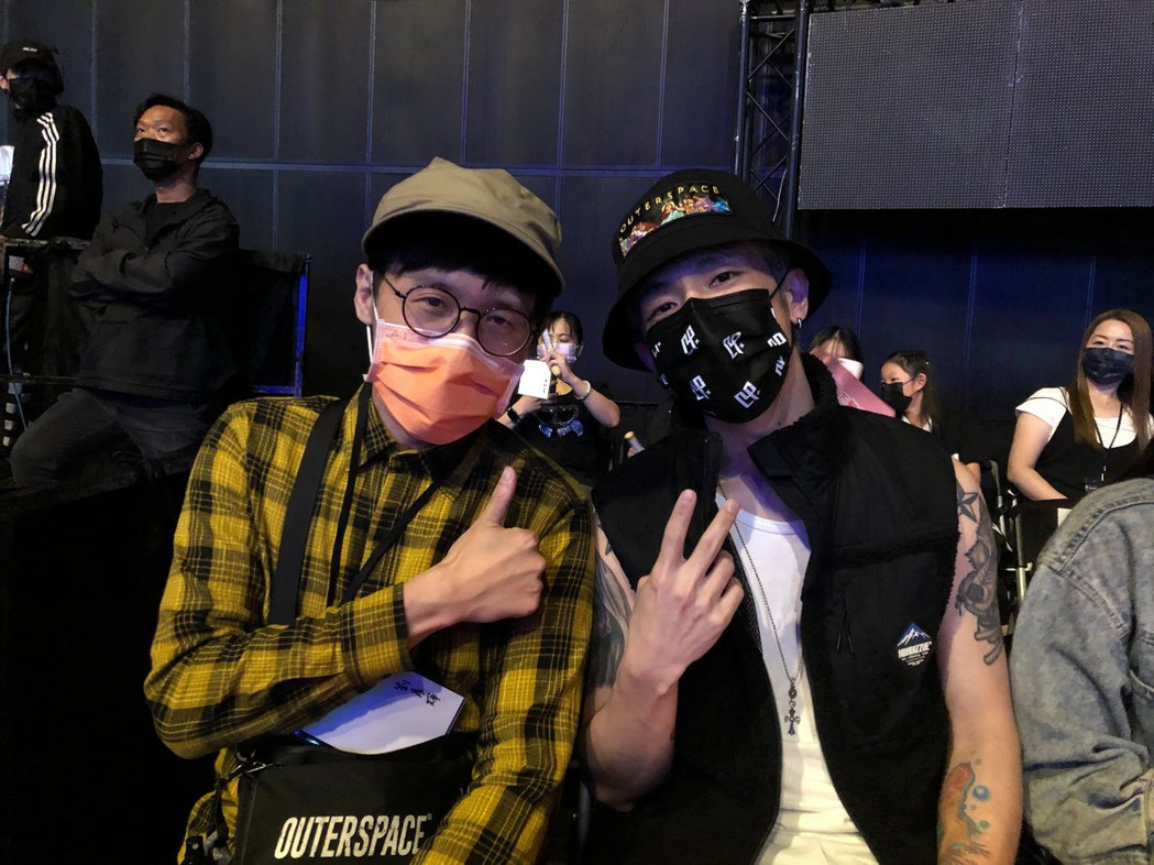 八三夭的劉逼(左)、阿電現身支持「九澤CP」。記者林士傑/攝影