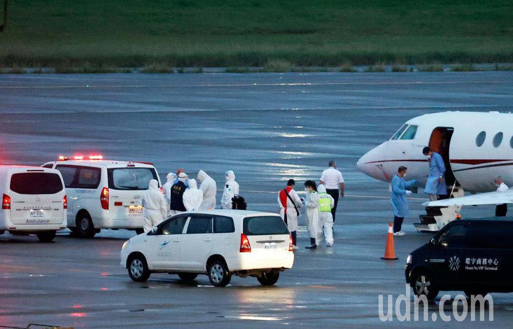 印度疫情失控,外交部兩位駐印度官員也染疫,並啟動海外緊急醫療險,搭乘醫療專機在傍...