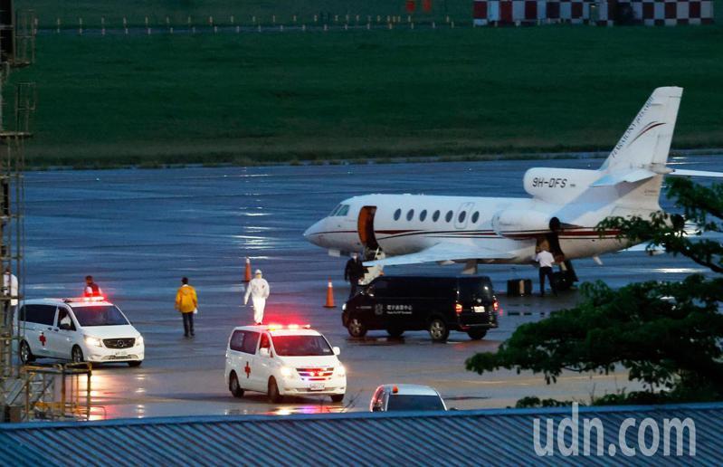 印度疫情失控,外交部兩位駐印度官員也染疫,並啟動海外緊急醫療險,搭乘醫療專機在傍晚返抵桃園機場,兩人各搭乘一輛救護車前往醫院接受治療。記者鄭超文/攝影