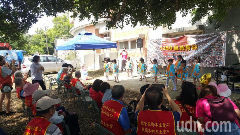 華山基金會最近在後龍鎮同興老街舉辦一場別開生面的懷舊音樂會,邀請5位苗栗地區的百歲人瑞歡度母親節,音樂會由幼兒園小朋友的熱歌勁舞揭開序幕。記者胡蓬生/攝影