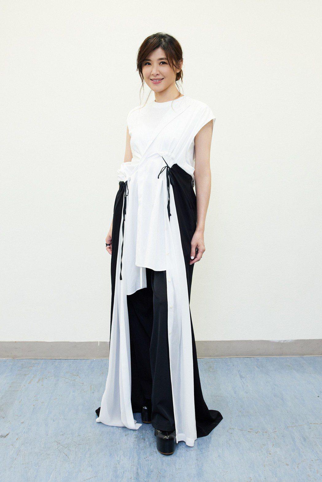 蘇慧倫身穿黑白相襯的長禮服當任周華健嘉賓。圖/滾石提供