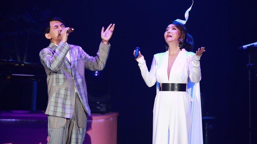 黃子佼(左)與辛曉琪合唱經典歌曲「深情相擁」。圖/海樂提供