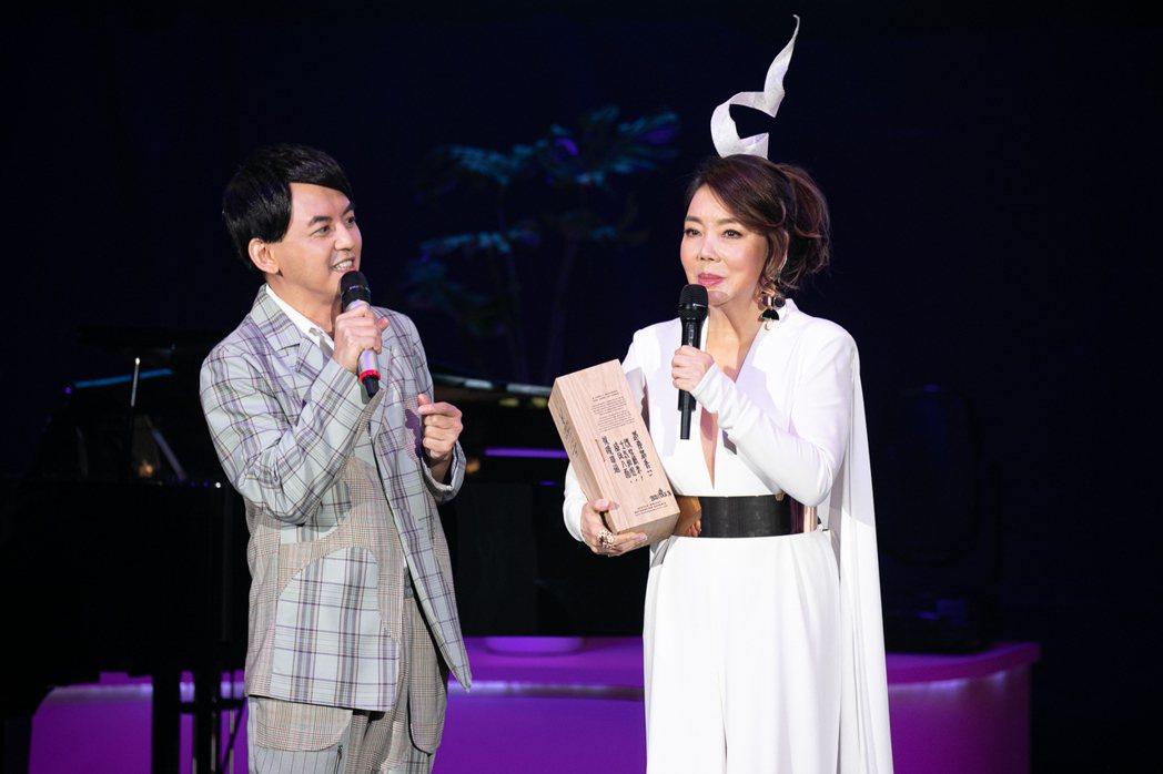 黃子佼(左)擔任辛曉琪嘉賓,送上與她出道同年的珍貴威士忌作為禮物。圖/海樂提供