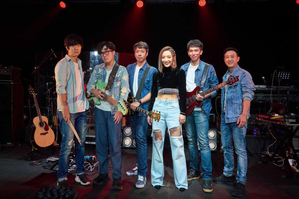閻奕格(右3)今晚開唱,組限定「J格樂團」。圖/華研音樂提供