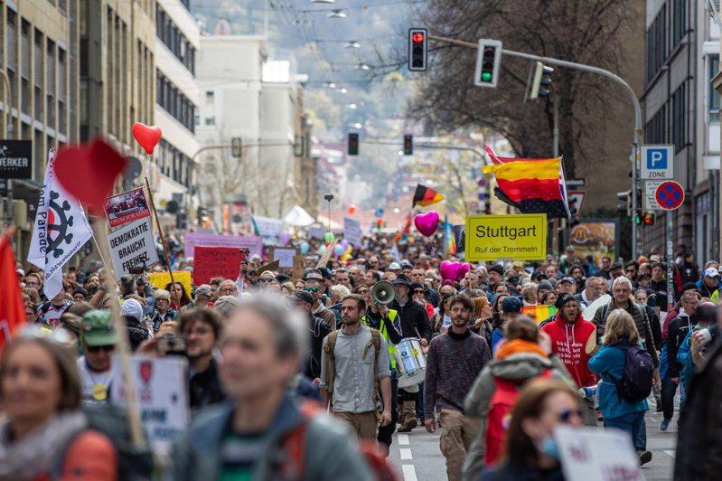 橫向思考者運動發動民眾在斯圖加特市舉行大規模遊行,抗議政府的防疫措施。(歐新社)