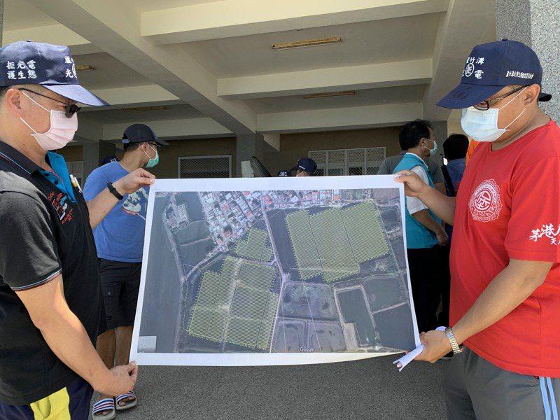 自救會成員說了太陽光電廠靠近聚落最短距離才1.5公尺。記者吳淑玲/攝影