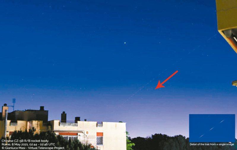 義大利羅馬上空拍攝到的長征五號墜落軌跡,紅色箭頭是墜落方向,右下為放大圖。圖/取自virtualtelescope.eu