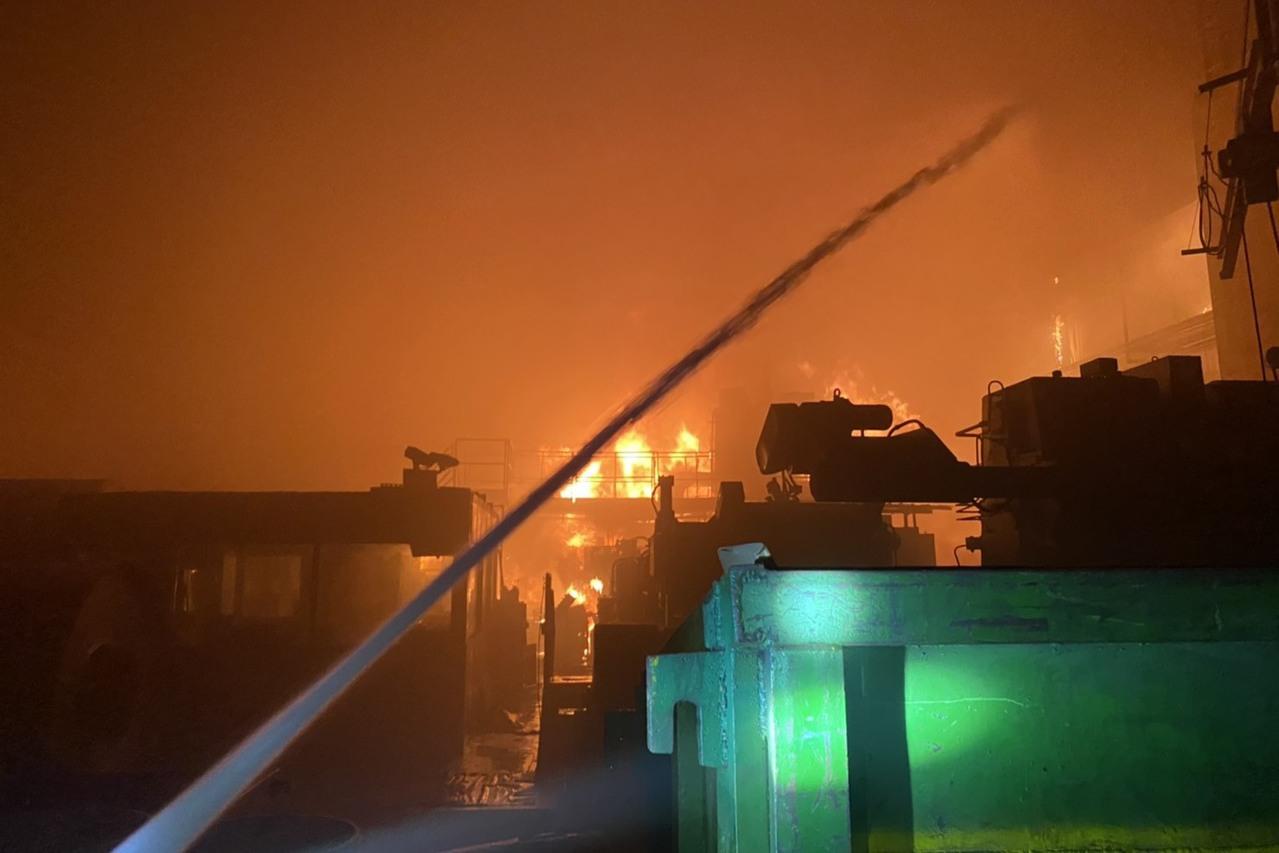 燁聯鋼鐵生產線起火 7萬公升油槽燃燒搶救中