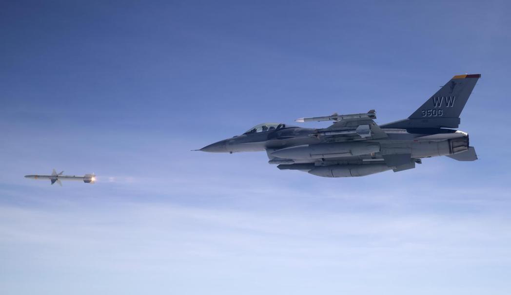 美國空軍F-16發射AGM-88反輻射飛彈。 圖/美國國防部