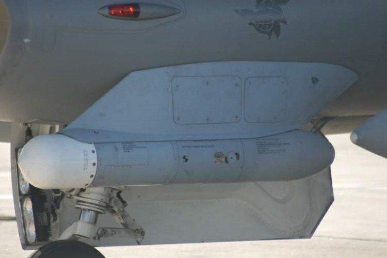 HTS係用於測量遠處訊號發射源之方位及距離,以利AGM-88藉由「預先提示」 模式以對遠距離目標發揮最大攻擊效能。 圖/美國空軍