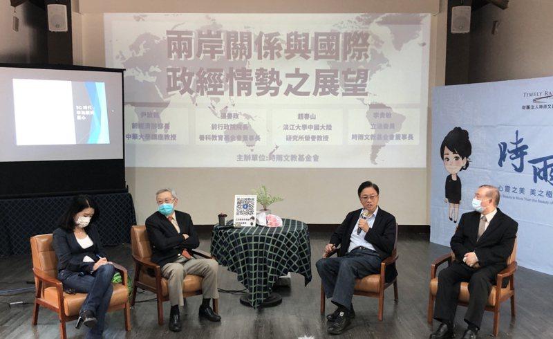 國民黨立委李貴敏(左1)8日舉辦兩岸議題論壇,邀請趙春山(左2)、行政院前院長張善政(右2)、經濟部前部長尹啟銘(右1)與談。 中央社