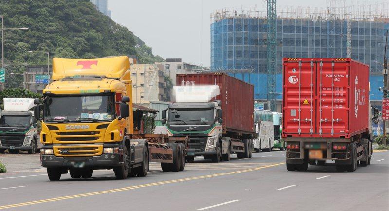 柴油重車六期排放標準將如期在九月上路,停賣五期車,引發部分車商團體反彈。記者許正宏/攝影