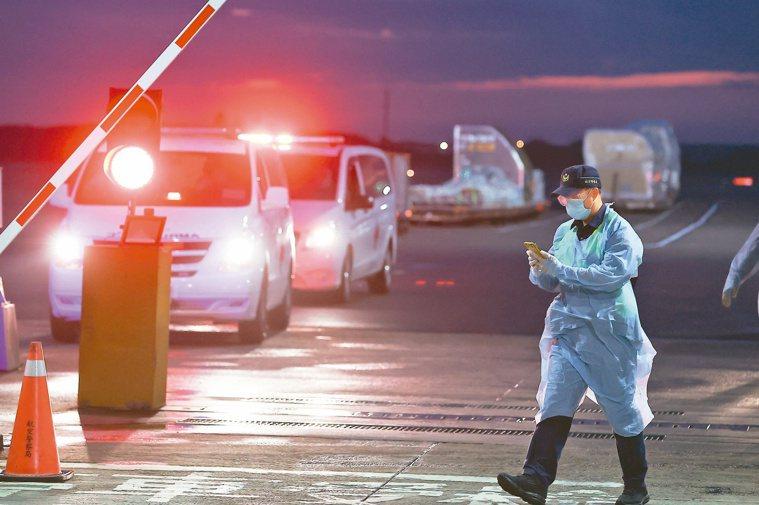 駐印度官員抵台,隨後由救護車送往醫院治療。記者葉信菉/攝影