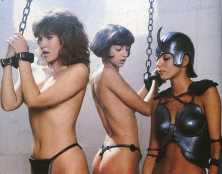 陶妮基坦(左)和「雲杜孃」女配角都有上身裸露的演出。圖/摘自imdb