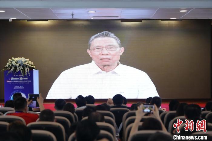 中國工程院院士鐘南山透過視訊表示,新冠肺炎疫情發生一年多來,中國大陸作為全世界人口的大國,總體上經受了疫情的第一階段考驗,但仍不能忽視。中新社