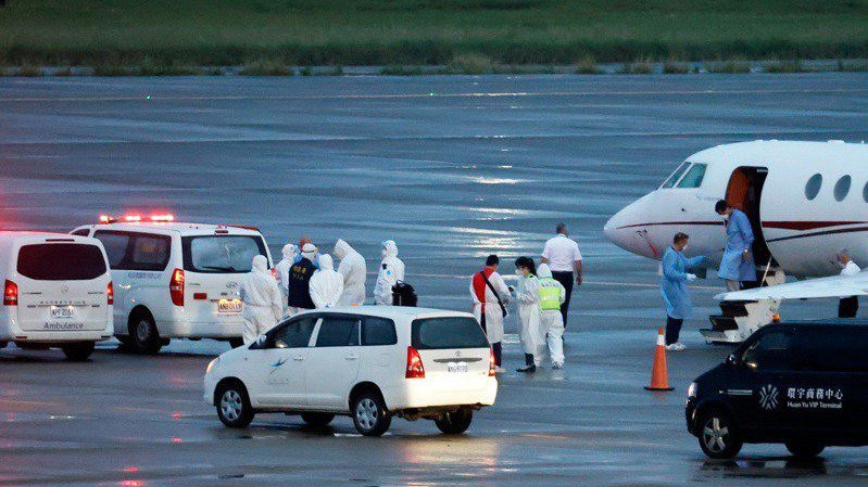 印度疫情失控,外交部兩位駐印度官員染疫,昨天搭乘醫療專機傍晚返達桃園機場。記者鄭...