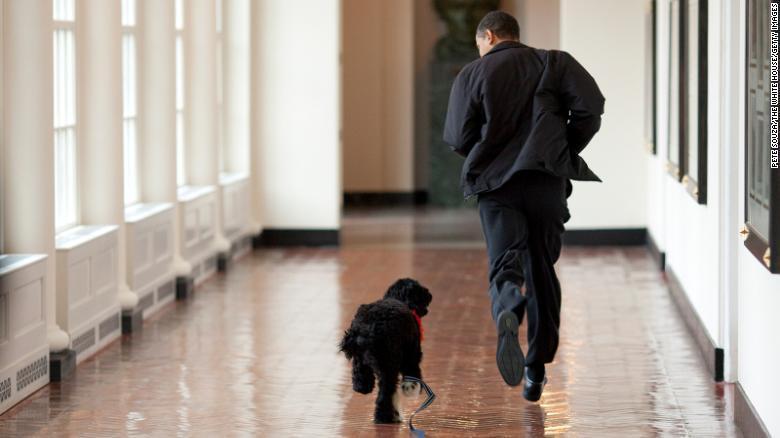 美國前總統歐巴馬8日在Instagram貼文,宣布他2009年上任不久後帶去白宮...