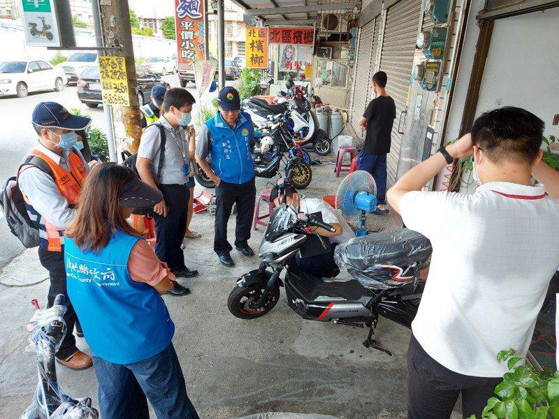 新竹縣政府成立跨機關聯合稽查小組,稽查業者販售的電動自行車型式不得改裝。記者陳斯穎/攝影