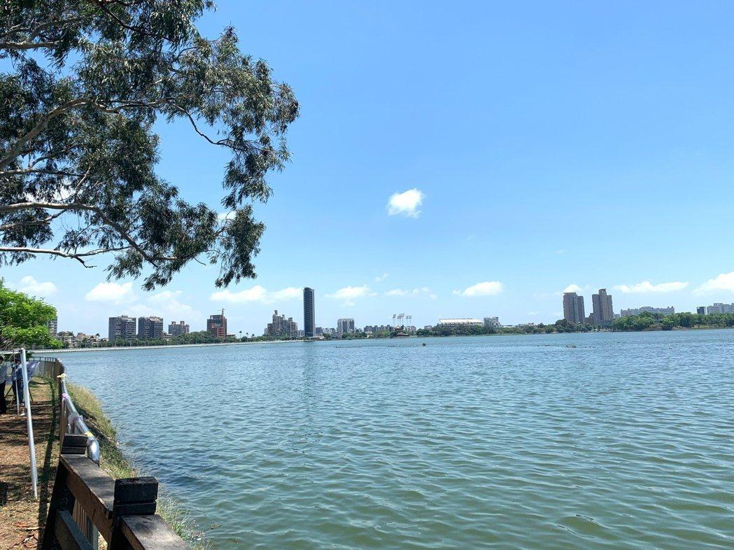 高雄市將新開發的水資源挹注到澄清湖,昨天澄清湖蓄水已達96%近滿水位,市長陳其邁...