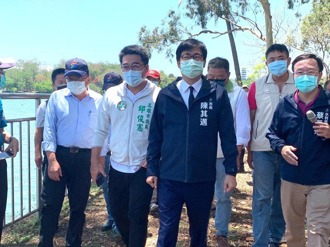 緊盯水情變化,高雄市長陳其邁(中)日前視察澄清湖水庫。本報資料照片