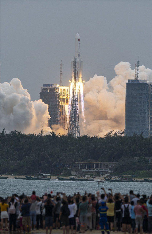 圖為長征五號B遙二火箭發射升空。(中新社)