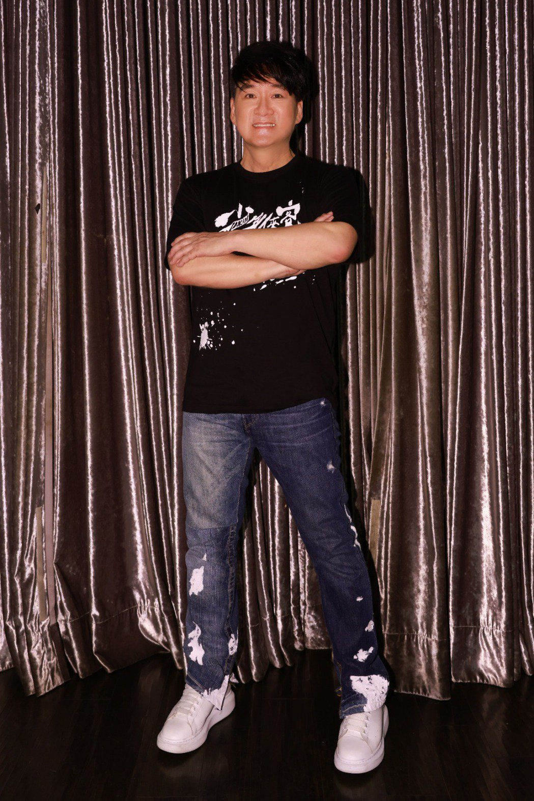 周華健結束「少年俠客」高雄場演唱會與工作人員、媒體開心慶功。圖/滾石唱片提供