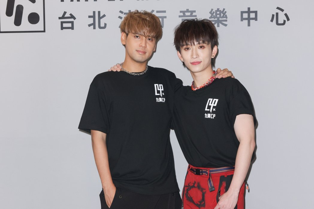 「九澤CP」陳零九(左)、邱鋒澤推出首張專輯「第四象限」。記者沈昱嘉/攝影
