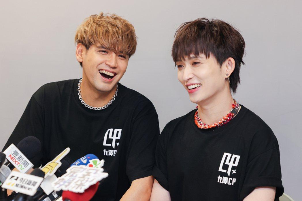 邱鋒澤(右)分享被劈腿的心境,陳零九在旁笑問「要哭多久」。記者沈昱嘉/攝影