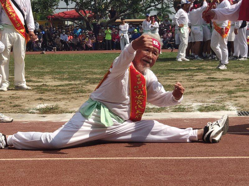 台南西港香科200餘年首辦武陣大會師,98歲武術老師傅何國昭身手矯健,俐落劈腿。記者謝進盛/攝影