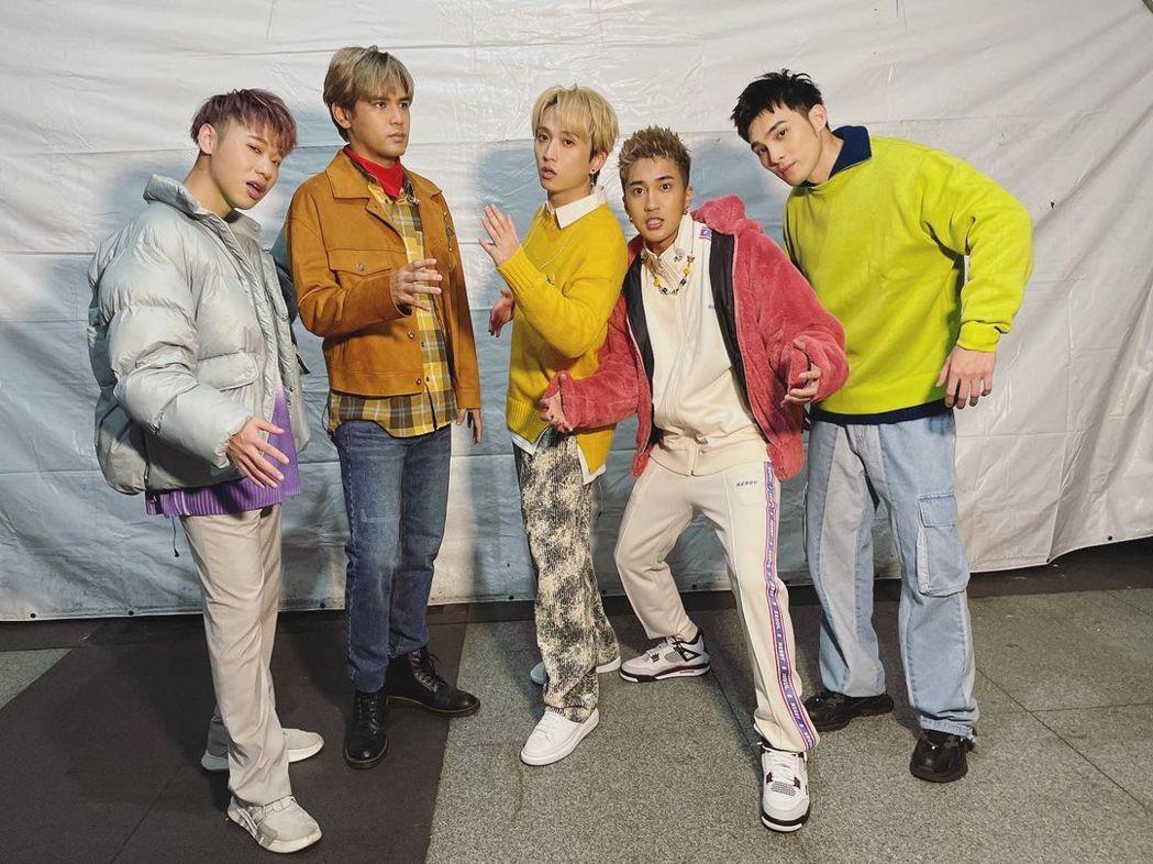小賴(左起)、陳零九、邱鋒澤、婁峻碩、偉晉合組的「五堅情」將在8月攻上高雄巨蛋。
