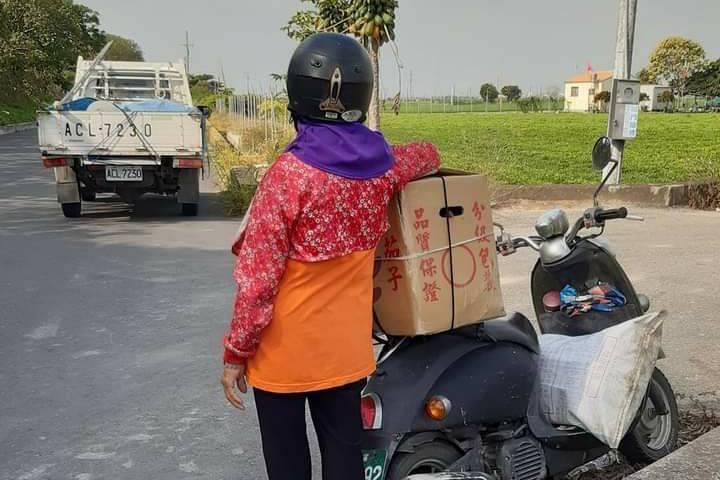 農婦車拋錨遇好心老闆 送12根茄子成為最好母親節禮物