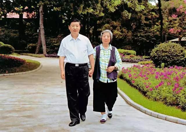 大陸國家主席習近平(左)與母親齊心。央視網