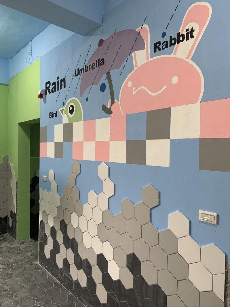 基隆市八堵國小改善廁所環境,師生共同創作「八堵小兔」,讓學生如廁環境如同美術館。圖/基市府教育處提供