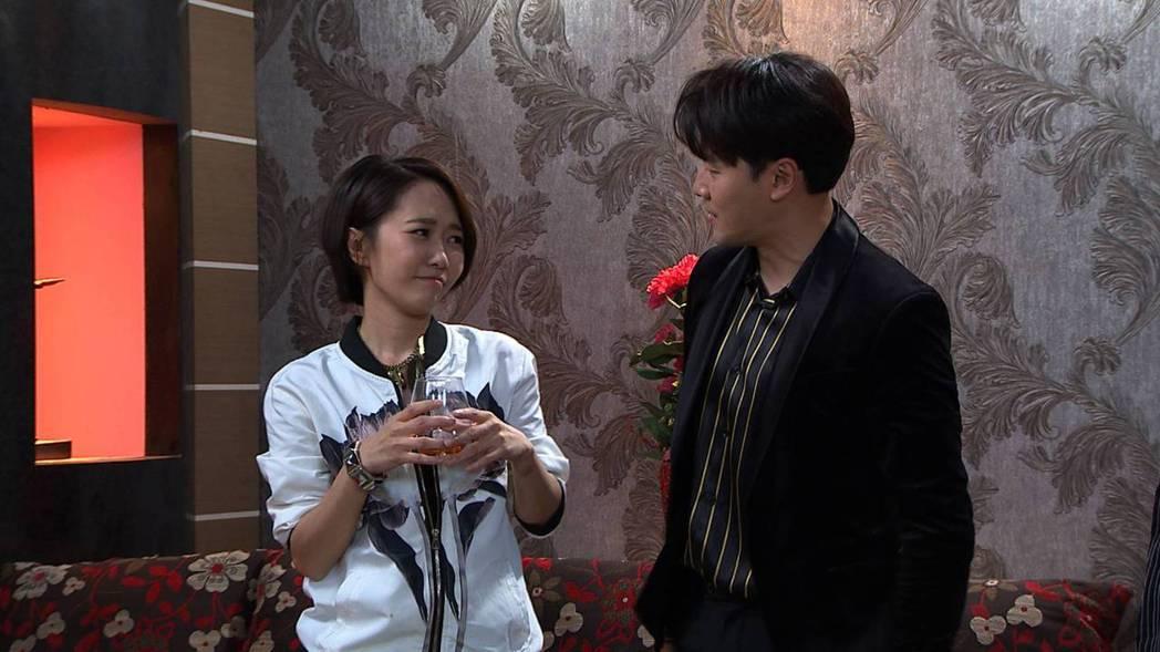 何依霈(左)在劇中演出角頭老大的女兒,平常個性兇狠潑辣,碰到黃文星就變成小女人。...