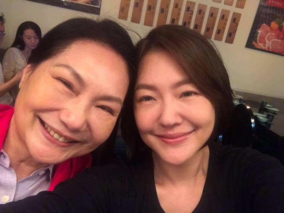 小S(右)和S媽母女感情相當深厚。圖/摘自臉書