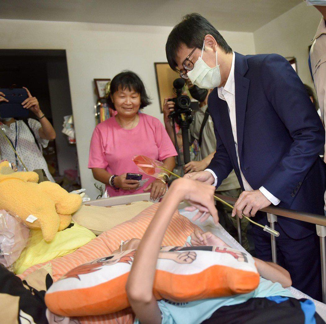 高雄市長陳其邁(右)分享他探訪腦性麻痺男孩小比及小比媽媽陳嘉齡的照片,談到母愛平...