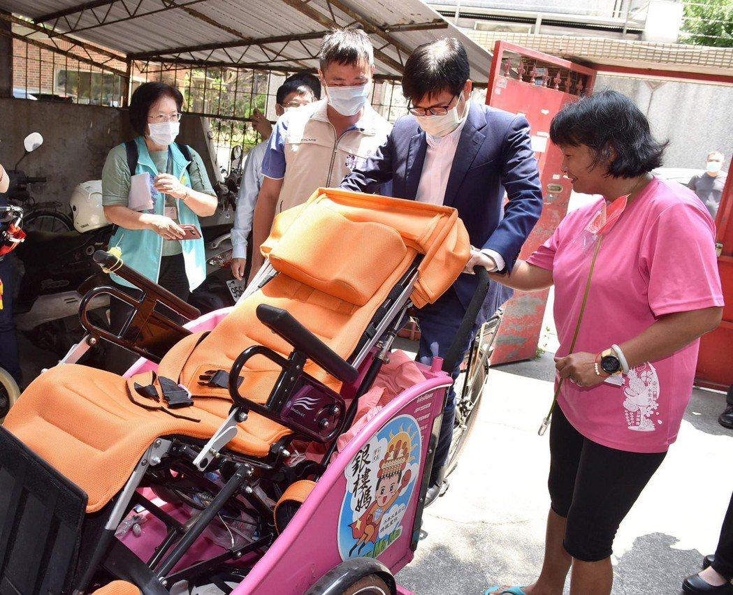 高雄市長陳其邁(右二)分享他探訪腦性麻痺男孩小比及小比媽媽陳嘉齡的照片,談到母愛...