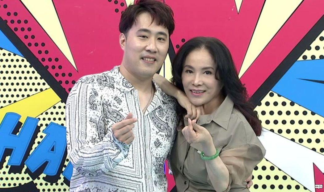 余祥銓(左)和媽媽李亞萍一起上中天「小明星大跟班」。圖/中天提供