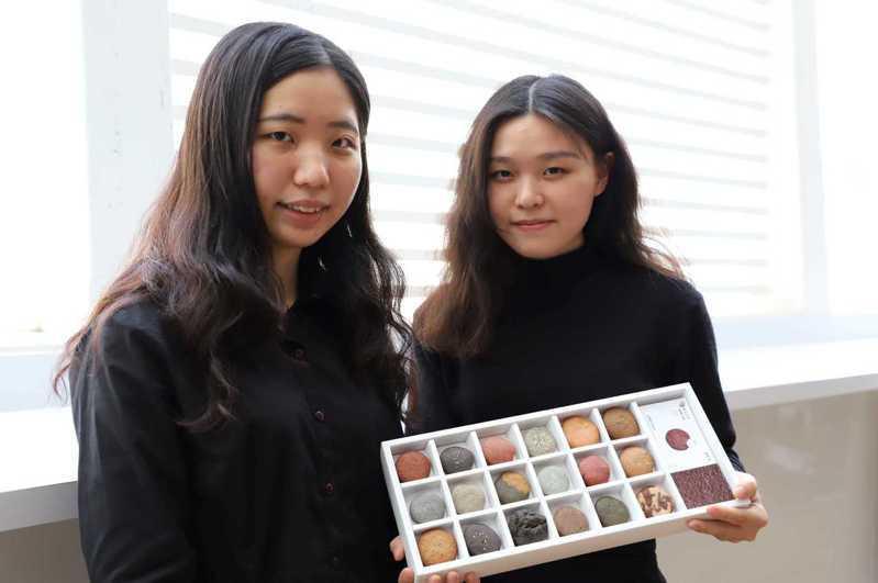 台科大設計系王靖蓉(左)、張雅茜把台灣的土壤做成各式可口的餅乾,讓大家用「吃土」的方式認識台灣這塊土地。圖/台灣科技大學提供